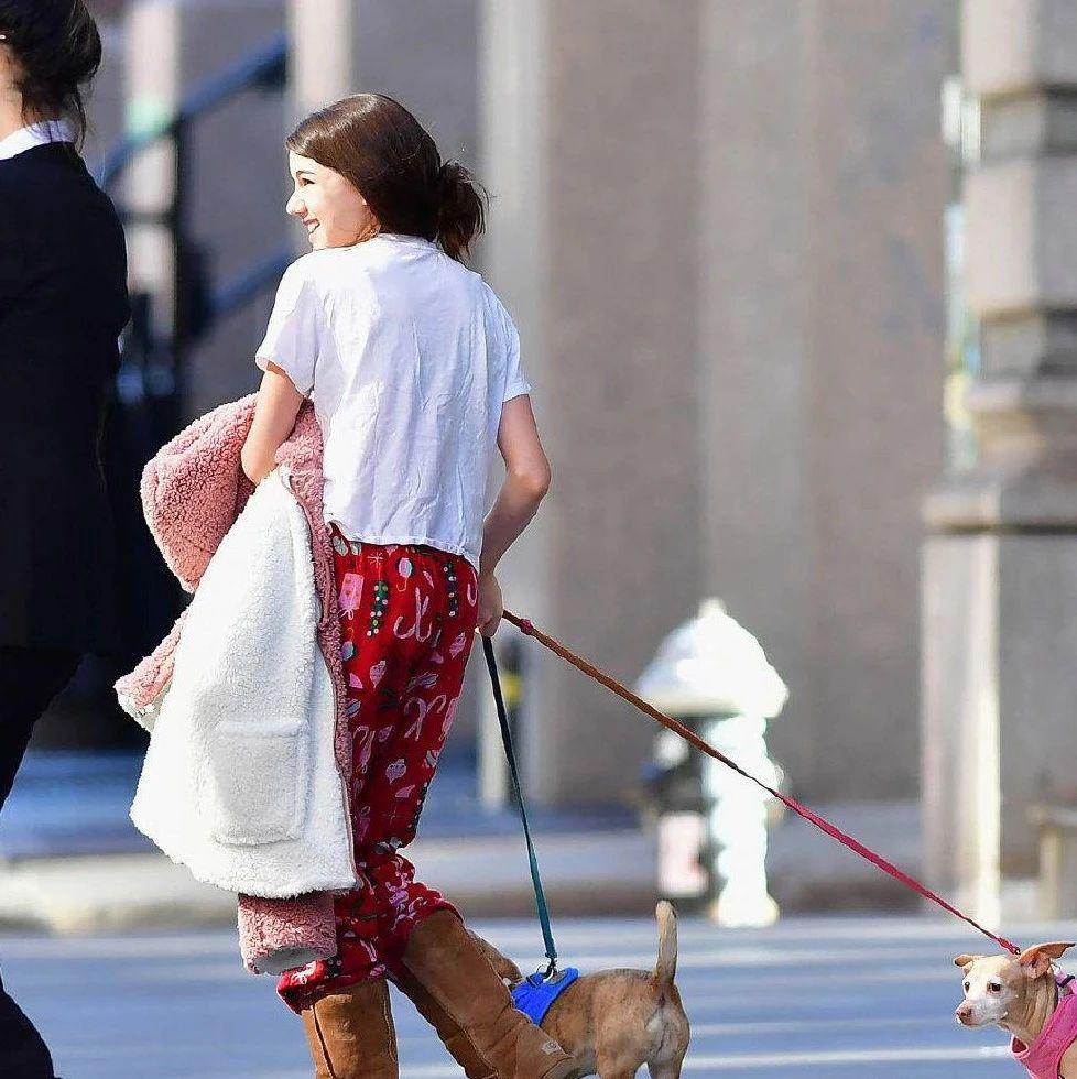 小苏瑞印花睡裤搭雪地靴,妈妈毛衣踩拖鞋,母女俩迷之搭配有默契