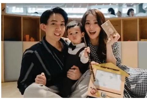 林宥嘉老婆二胎产女,晒一家四口合照,夫妻俩一人抱一娃超温馨