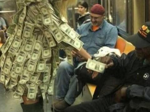 名模全身贴钞票在地铁站行走,让人随意拿取,只为帮助有需要的人