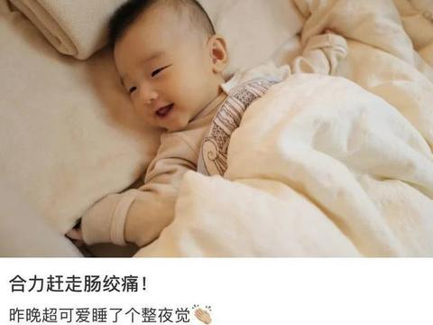 何雯娜晒女儿正面照,宝宝对镜头甜笑超可爱更像爸爸梁超