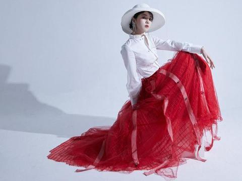 她曾是北电艺考外籍第一,今穿白衬衫搭格纹网纱裙,明亮的复古