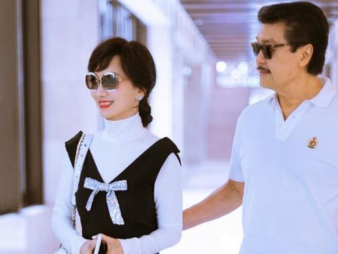 """赵雅芝真会穿,白色高领衫配无袖连体裤,胸口""""缝""""蝴蝶结好减龄"""