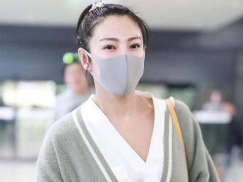 """张雨绮不愧是气质女神,穿灰色针织衫走机场,""""伪素颜""""更显嫩"""