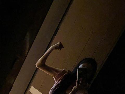 杨幂晒家中健身照,秀马甲线肱二头肌身材超好体重88斤