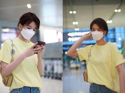 她因《欢乐颂》逐渐走红,浅黄T恤搭牛仔裤现身机场,简约低调