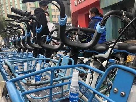 复工后共享单车骑行量激增 单车公司配备医用酒精方便骑车时消毒