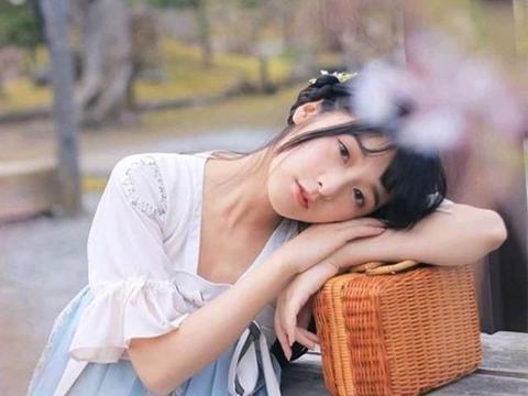 徐娇身穿汉服樱花树下拍摄写真,又美又仙!