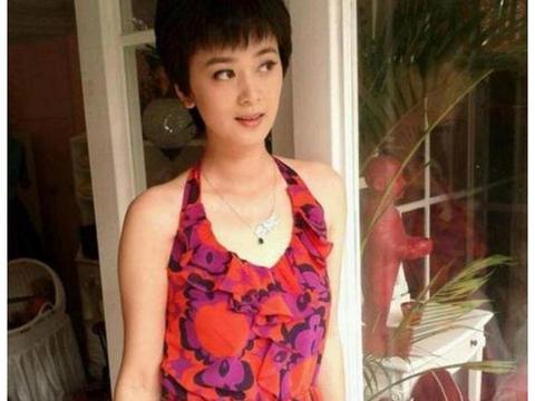 她和徐静蕾是北影同学,出演《情深深雨蒙蒙》,选择嫁给爱情