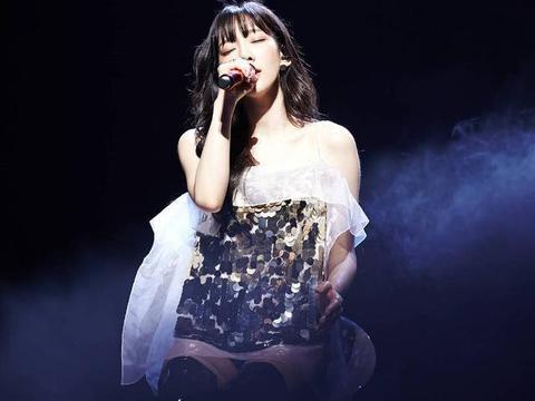 31岁金泰妍近照,身穿白T黑色长裤出镜,满脸胶原蛋白我酸了