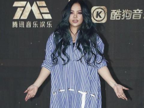 张惠妹身材略显丰满,但衣品在线,穿条纹衬衫裙清新简约,真洋气