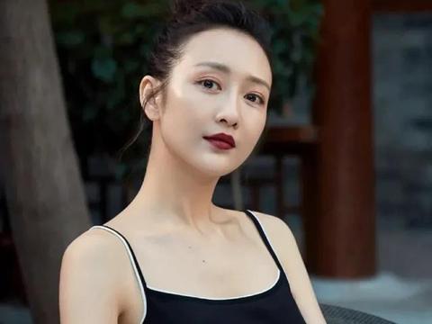女星们穿黑色吊带裙:钟楚曦高贵,倪妮优雅,王鸥大气