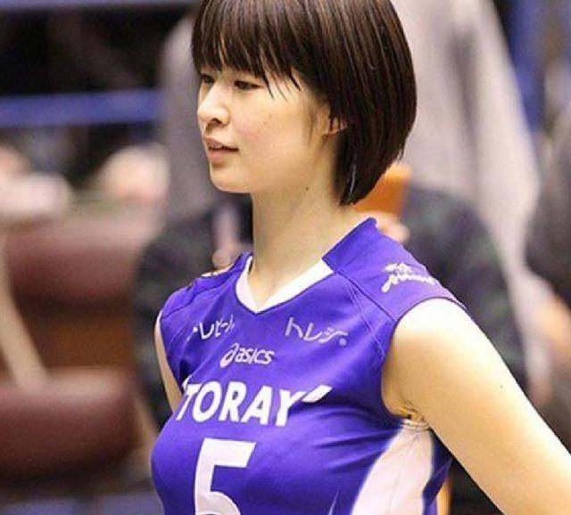 她是日本公认排球女神,因挺胸照走红网络,如今嫁给邋遢老公