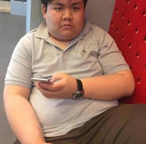 泰国300斤胖子用一年时间变为腹肌型男,网友:这不是一个人吧