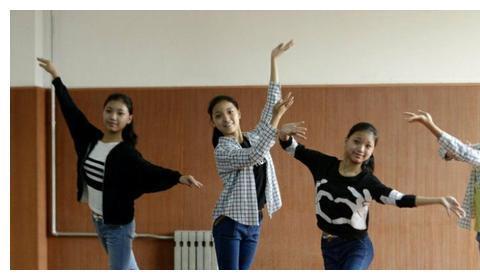 四胞胎姐妹抱团抢C位,真是冰清玉洁,网友:应该叫魑魅魍魉!