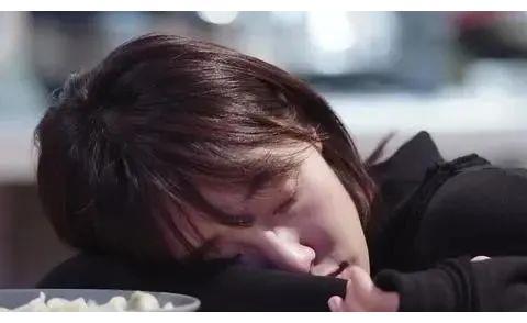 靳东深夜从医院回来,白百合煮好饺子等到睡着,很温馨的画面!