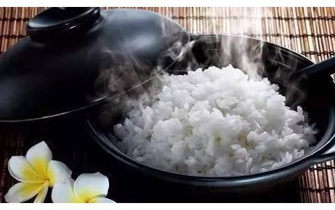蒸米饭很多人第一步就做错了!水里加点它,米饭又香又糯不粘锅