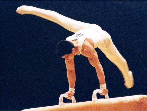 57岁体操冠军李宁,身价百亿儿女成才,妻子气质很出色