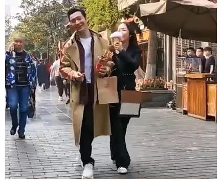 黄晓明拍戏与美女逛街,两人手挽手甜蜜喂食宛如情侣超恩爱