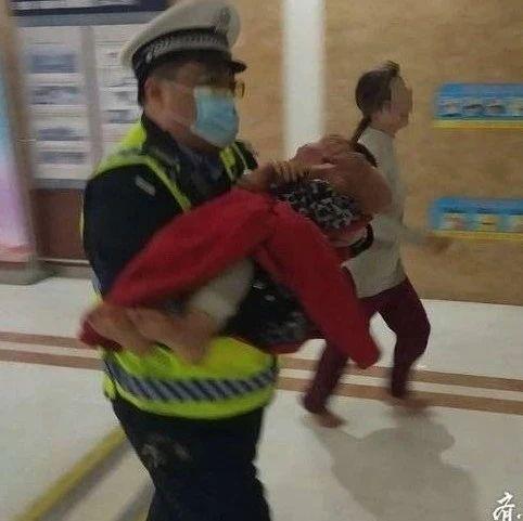 """最帅公主抱!烟台""""瘸腿民警""""抱烫伤幼童冲进急诊室"""