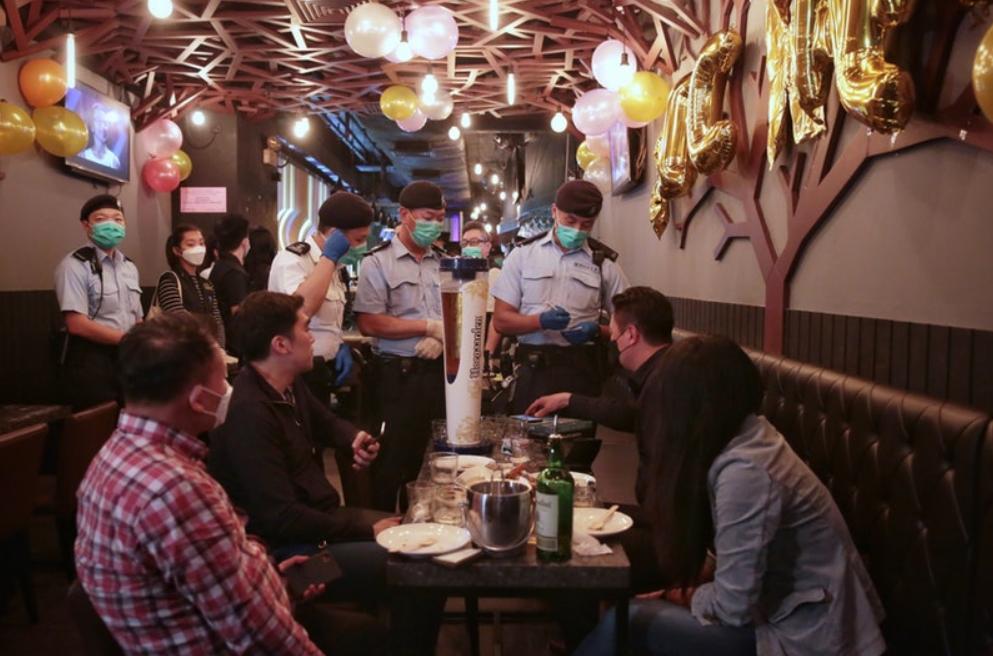香港餐厅限客令生效 警方巡查现场用尺量桌距