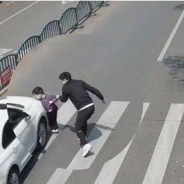 儿子被撞瞬间,父亲一把拽回...视频上了热搜