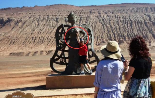 """我国最""""尴尬""""的铜像,重点部位被摸到掉漆,女游客都红了脸!"""