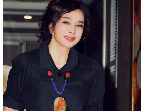 65岁刘晓庆晒美照,双手叉腰尽显俏皮可爱,笑容灿烂气质佳