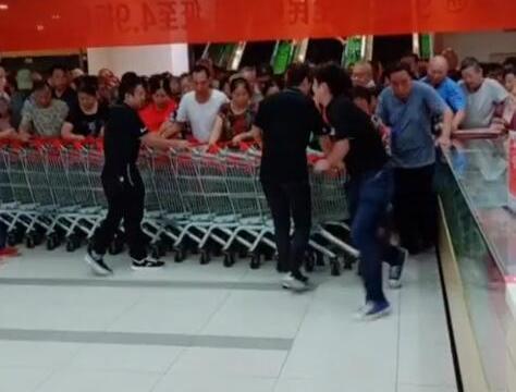 超市开业后没生意,老板想了个对策,每天开门就有一大堆人往里冲