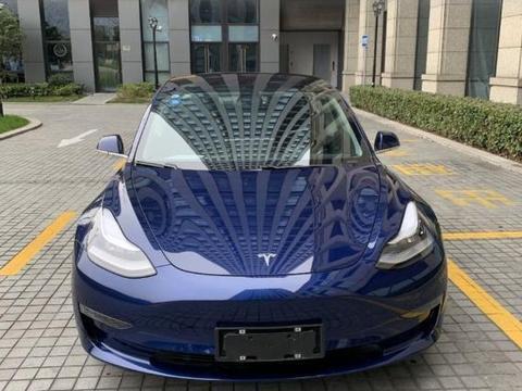 45万买到Model 3,朋友要看内饰,车主欣然地将车钥匙递给了他