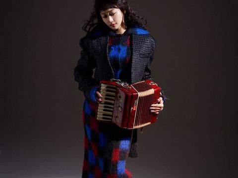 《中国好声音》中她输给张碧晨,今穿红色波点纱裙,明艳迷人