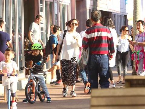 陈小春儿子超酷,jasper骑自行车不用妈妈帮,应采儿晒太阳显轻松