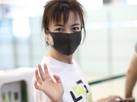 吴昕这次穿搭造型翻车!白T恤配半身裙走机场,自然但不洋气时髦