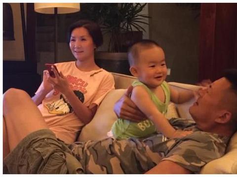 56岁高曙光近照,富二代娇妻是社交名媛,4岁儿子与他十分相像