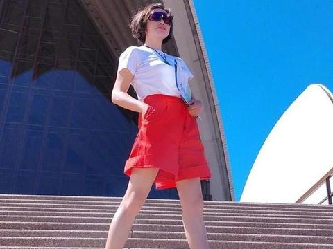 刘晓庆就是不服老!白T恤配红色短裤青春洋溢,一双美腿意外抢镜