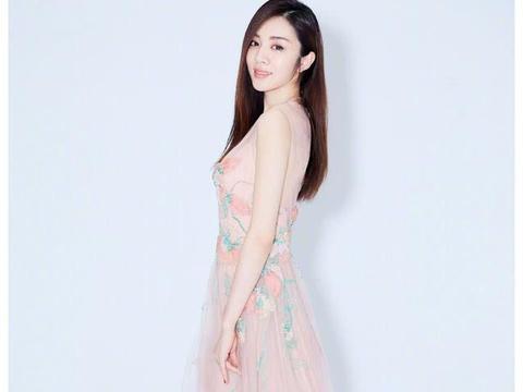 她是王丽萍的干女儿,因搭档胡歌一夜爆红,美貌气质绝佳!