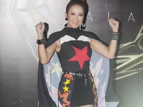 李玟的时尚真让人难懂,穿短裙还配一个披风,这是在模仿超人吗?