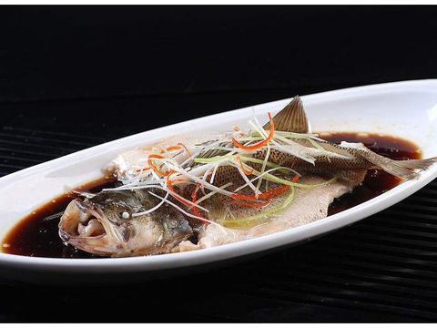 """清蒸鲈鱼时,蒸锅中加点""""它"""",蒸出的鲈鱼鲜嫩又不腥"""