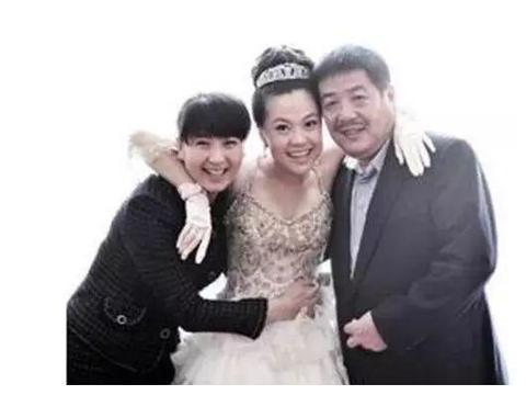 闫学晶分享小女儿日常,嫁给二婚富商,45岁生二胎,如今家庭美满