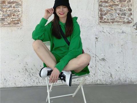 沈梦辰一身绿色出镜,调皮地问自己像啥?网友回复乐翻天!