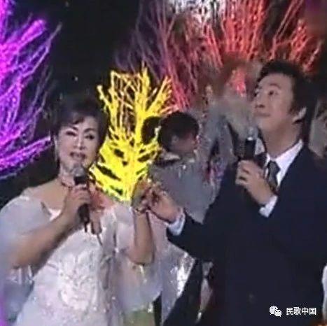 """两位歌坛前辈!""""小哥""""费玉清与""""大姐""""李谷一演唱《乡恋》"""