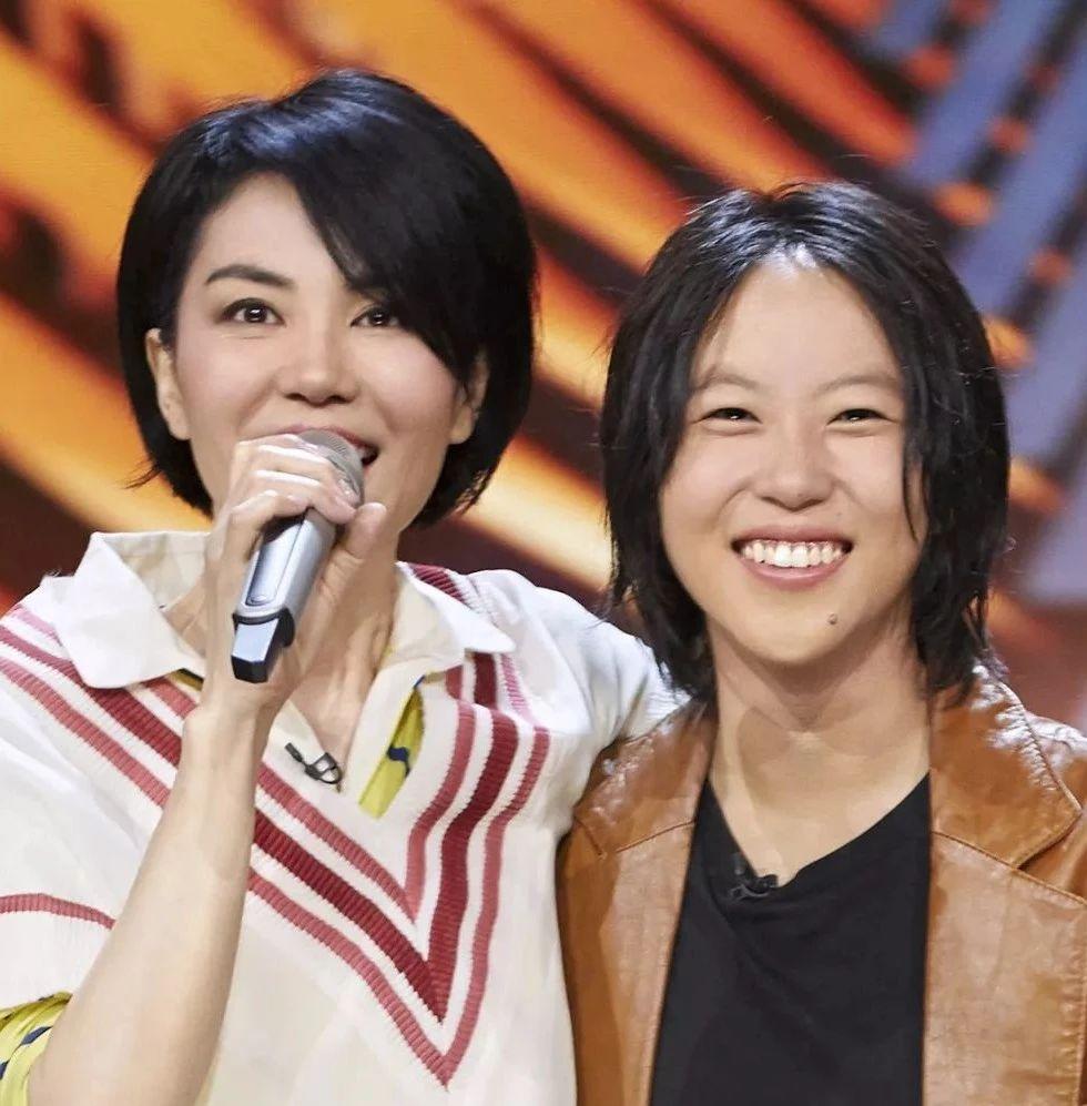 50岁王菲与22岁女儿同框似闺蜜!天价梳妆台的背后,道出了逆龄的真相!