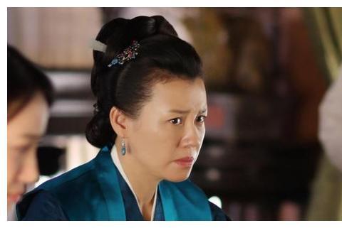 她和导演同居多年,因长的丑惨遭抛弃,如今嫁入豪门酷爱拍戏
