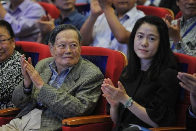 杨振宁和小娇妻同泡温泉,98岁驼背严重被搀扶,43岁翁帆越来越美