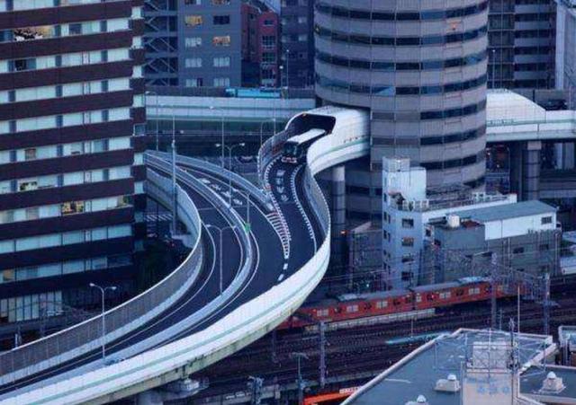 全球最牛钉子户,公路从楼中穿过还得交租金 ,今却成知名景点!