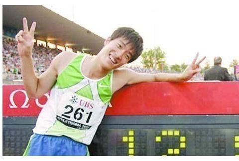 奥运冠军刘翔进军时尚界,走秀照片曝光迷之搭配太妖艳,遭粉丝吐