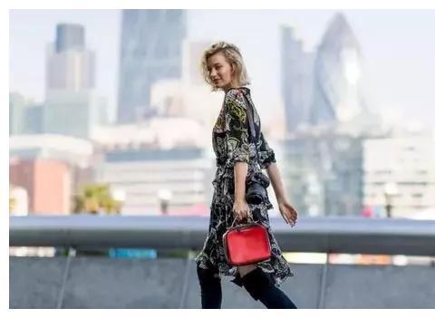"""2020春天,时髦的女人都穿长靴配""""裙子"""",超级显瘦显腿长"""
