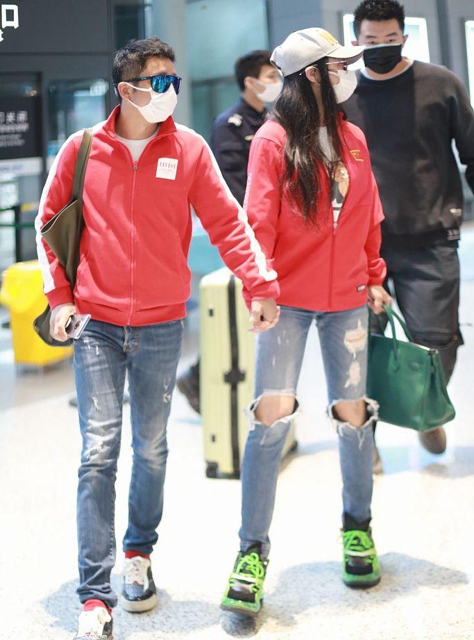 冉莹颖邹市明现身机场,两人全程手牵手甜蜜对视幸福满满
