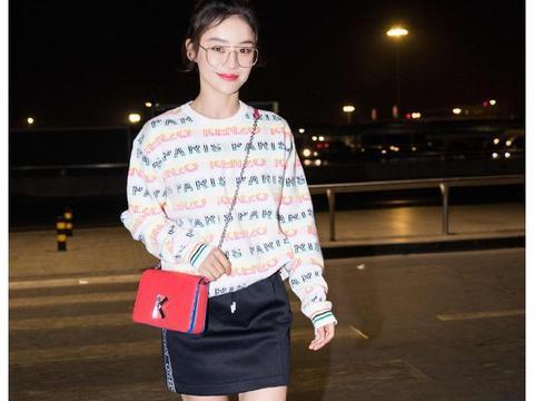 33岁袁姗姗撞衫同岁江疏影,同款牛油果针织衫,一个少女一个拽酷