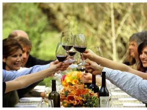 喝葡萄酒时为什么要碰杯?如何碰杯?