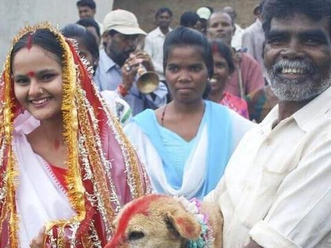 """印度的18岁美少女,因巫师一句话,无奈""""下嫁""""给一只狗?"""